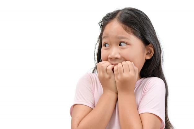 Portret dziewczyny zszokowany lub przestraszony dziecko na białym tle
