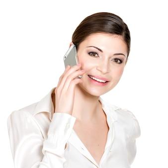 Portret Dzwoniąc Przez Telefon Komórkowy W Białej Koszuli Szczęśliwa Kobieta - Na Białym Tle. Darmowe Zdjęcia