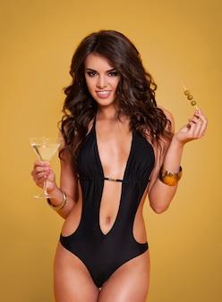 Portret ekskluzywnej kobiety z martini