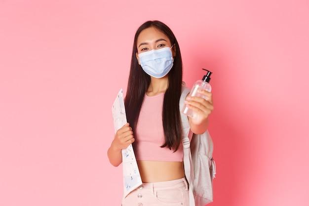 Portret ekspresyjna młoda kobieta trzyma mapę i ma na sobie maskę