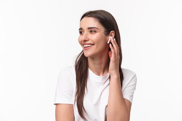 Portret ekspresyjna młoda kobieta z airpods