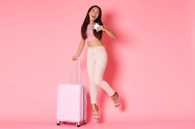 Portret ekspresyjna młoda kobieta z walizką