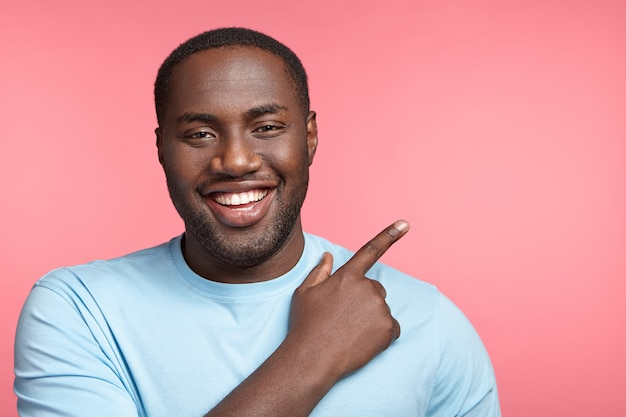 Portret ekspresyjnego młodego człowieka