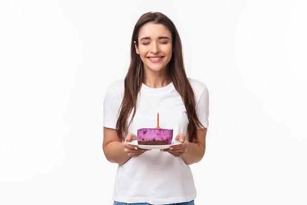 Portret ekspresyjny młoda kobieta obchodzi urodziny