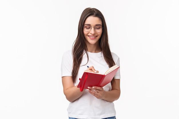 Portret ekspresyjny młoda kobieta trzymając notebook