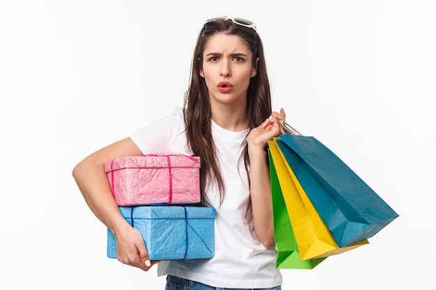 Portret ekspresyjny młoda kobieta trzymając torby na zakupy