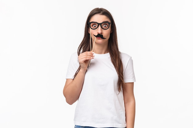 Portret ekspresyjny młoda kobieta w okularach maska
