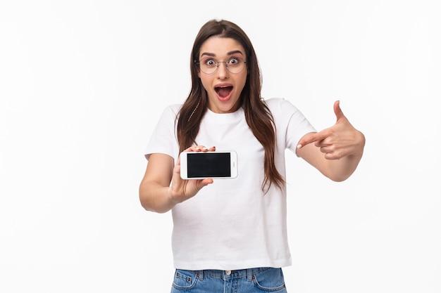Portret ekspresyjny młoda kobieta z telefonem komórkowym