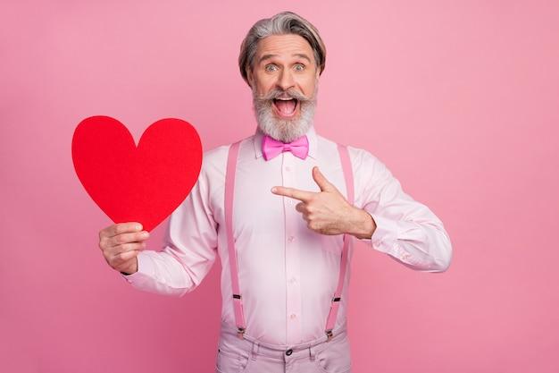 Portret ekstatyczny wesoły mężczyzna trzyma w rękach, wykazując duże serce