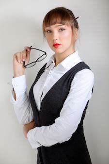 Portret elegancka młoda śliczna caucasian kobieta