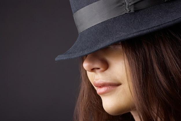 Portret elegancka modna kobieta w kapeluszu
