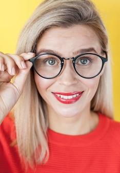 Portret elegancka uśmiechnięta kobieta