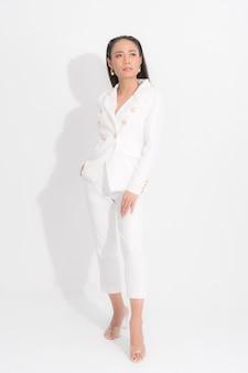 Portret elegancki bizneswomanu na białym kostiumu azjatykci