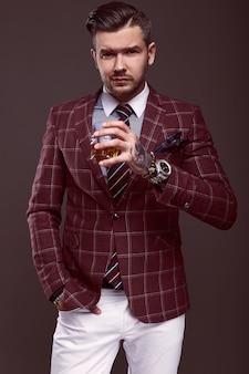 Portret elegancki brutalny mężczyzna w drogim garniturze