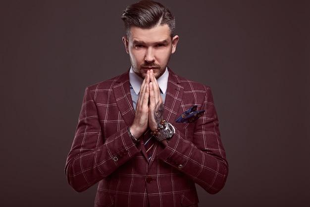 Portret elegancki brutalny mężczyzna w garnitur z wełny