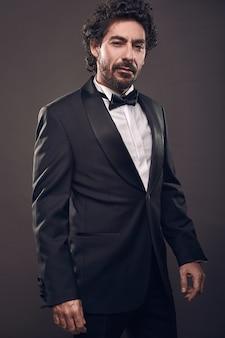 Portret elegancki brutalny moda mężczyzna w garniturze