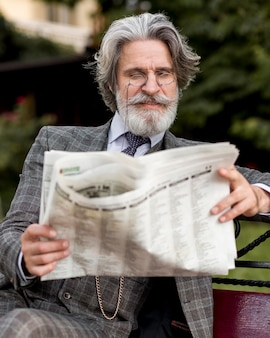 Portret elegancki dojrzały mężczyzna czytania gazety