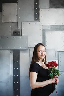 Portret elegancki kobieta w ciąży w czerni