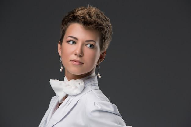 Portret elegancki młody lekarz w białym płaszczu