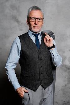Portret elegancki stary człowiek ubrany w garnitur