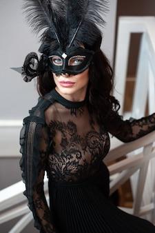 Portret eleganckiej kobiety w czarnej sukni przed przyjęciem walentynkowym