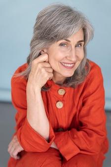 Portret eleganckiej starszej kobiety pozuje i jest szczęśliwa