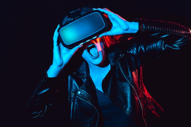 Portret emocjonalnej dziewczyny w okularach wirtualnej rzeczywistości 3d
