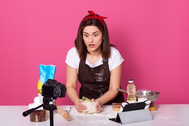 Portret entuzjastycznej emocjonalnej kobiety robi ciasto
