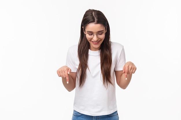 Portret entuzjastycznej, uśmiechnięta szczęśliwa brunetka studentka w okularach