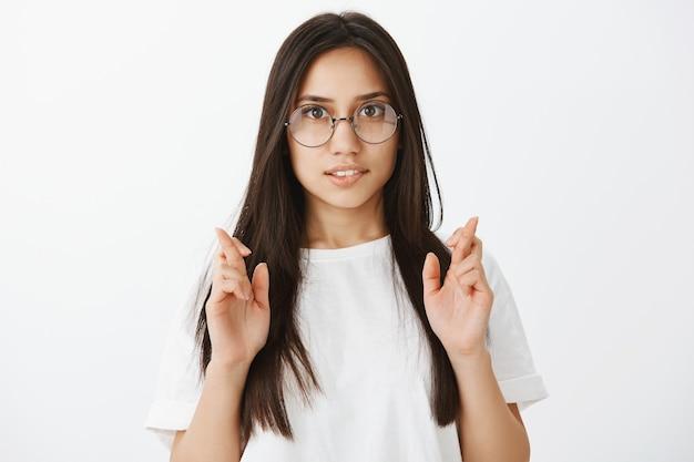 Portret Europejskiej Dziewczyny Z Opaloną Skórą I Ciemnymi Włosami Darmowe Zdjęcia