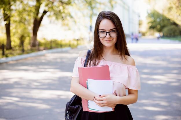 Portret europejskiej studentki college'u na kampusie