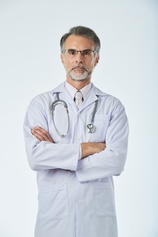 Portret fachowy pracownik medyczny pozuje dla obrazka z rękami składać