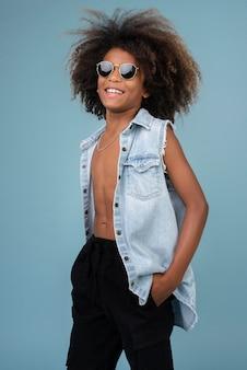 Portret fajnego nastoletniego chłopca noszącego dżinsową kurtkę