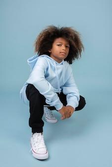 Portret fajnego nastoletniego chłopca w bluzie z kapturem
