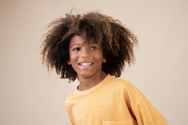 Portret fajnego nastoletniego chłopca z perm
