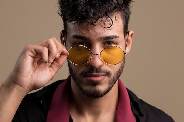 Portret fajnego przystojnego mężczyzny w okularach przeciwsłonecznych