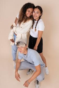 Portret fajnych nastolatków pozujących razem