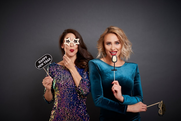 Portret figlarnych kobiet z imprezową budką fotograficzną