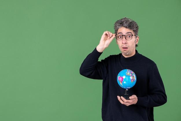 Portret genialnego człowieka trzymającego ziemię kulę ziemską zielone tło morze natura planeta szkoła powietrze przestrzeń nauczyciele