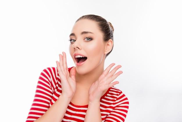 Portret gestykuluje rękami zdziwiona szczęśliwa dziewczyna