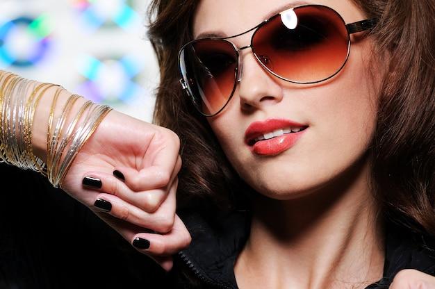 Portret glamour piękna brunetka kobieta moda okulary przeciwsłoneczne
