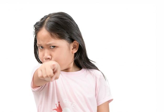 Portret gniewna dzieciak dziewczyna wskazuje palec