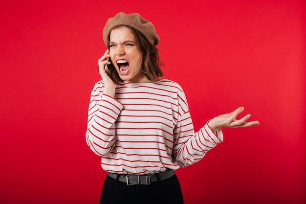 Portret gniewna kobieta jest ubranym beret