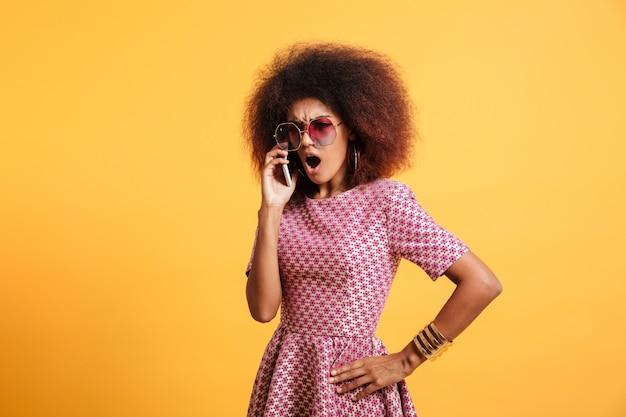 Portret gniewnej wściekłej afro amerykańskiej kobiety