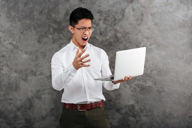 Portret gniewny młody azjatykci mężczyzna