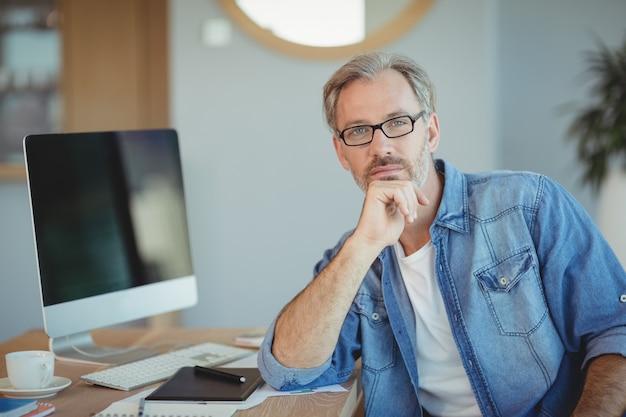 Portret grafika siedząca przy biurku