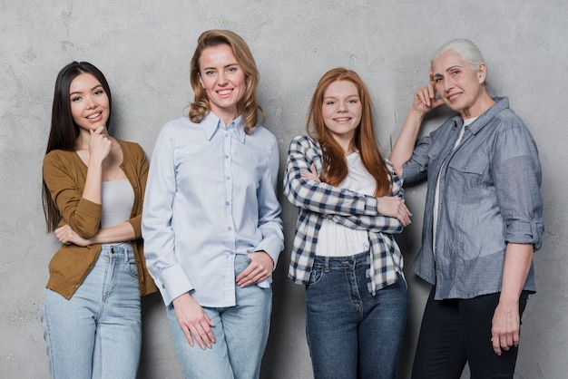 Portret grupa przyjaciół razem uśmiecha się