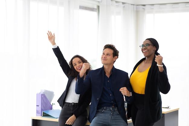Portret grupowy młodych startuje kreatywna afroamerykańska kobieta i latynoski mężczyzna w nowoczesnym biurze