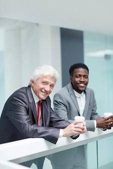 Portret grupowy pracowników biurowych