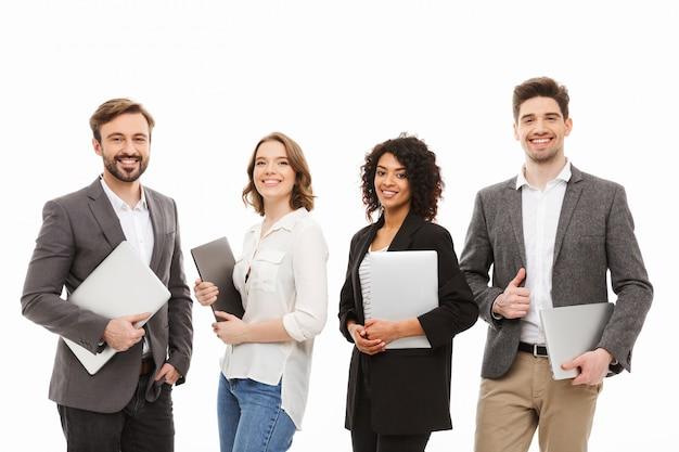 Portret grupy pewnie wielorasowych ludzi biznesu